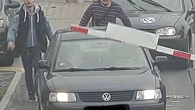Policisté pátrají po dvojici mužů, kteří jsou podezřelí z krádeže osoučeče rukou v nákupním centru.
