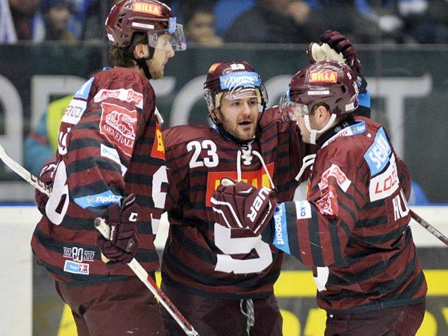 Lukáš Pech ze Sparty (uprostřed) se raduje se spoluhráči z gólu.