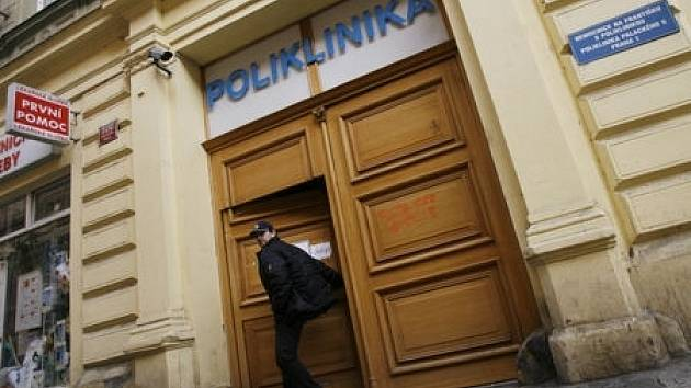 Poliklinika v Palackého ulici projde plánovanou rekonstrukcí. Pacienti se tak musí vydat do Studentského zdravotnického ústavu v Praze 1, od Nového roku 2009 přejmenovaného na Městskou polikliniku Praha.