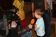Zástupci policie ČR místního oddělení Karlín předali dětem z dětského domova v Dolních Počernicích LCD televizor v hodnotě bezmála 14 tisíc korun, které mezi sebou vybrali v rámci dobrovolné sbírky.