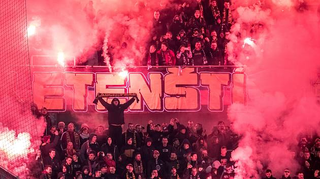 Zápas 28. kola Fortuna ligy mezi Sparta Praha a Slavia Praha, hraný 14. dubna v Praze v Sinobo stadium. fanoušci Sparty