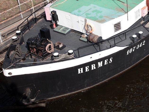 Loď Hermes sloužící lidem bez přístřeší kotví pod Štefánikovým mostem v Praze.
