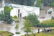 Pavilon goril - ten současný - patří k největším lákadlům pražské zoo. Přesto je třeba hledat nové řešení. A už ne v dolní části areálu! Od svého dohotovení v roce 2001 byl objekt již dvakrát zaplaven při povodni: v létě roku 2002 a na jaře roku 2013.