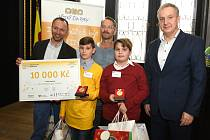 Zachránce i zachráněný. Robert Lebeda (ve žlutém) si cenu za Dětský čin roku převzal i s kamarádem Pavlem Choulíkem, kterému zachránil život.