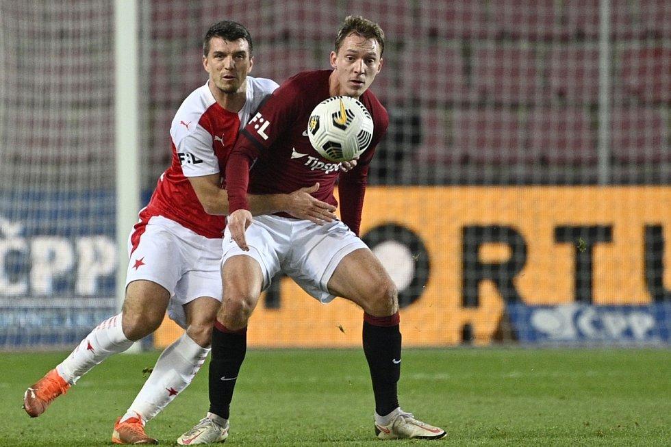 Sparťanský útočník Lukáš Juliš (vpravo) v derby neproměnil penaltu a jeho tým podlehl na domácím stadionu Slavii 0:3.