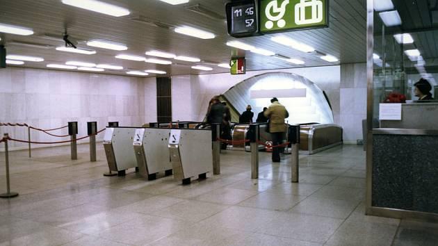 Před třiceti lety bránily černým pasažérům vstupu do pražského metra nainstalované turnikety.