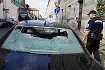 Prudká bouře spojená místy s krupobitím napáchala řadu škod. V ulici Novákových v pražské Libni se utrhl kus komína a spadlé cihly poničily zaparkovaný automobil. Policisté museli okolí domu uzavřít.