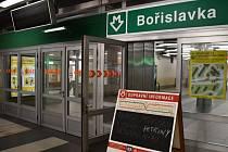 Poškození tubusu ve stanici metra Bořislavka.