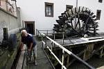 Pan Petr Kvaček (na snímku) klikou zvedá stavidlo u Velkopřevorského mlýna na Čertovce, aby proud roztočil mlýnské kolo.