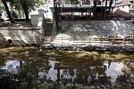 Čertovka se po dokončení rekonstrukce koryta a břehových zdí znovu plní vodou.