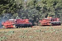 Zapadlé cisterny vyprostil zemědělec traktorem, porouchaný tank musel z pole vytáhnout další vyprošťovací tank.