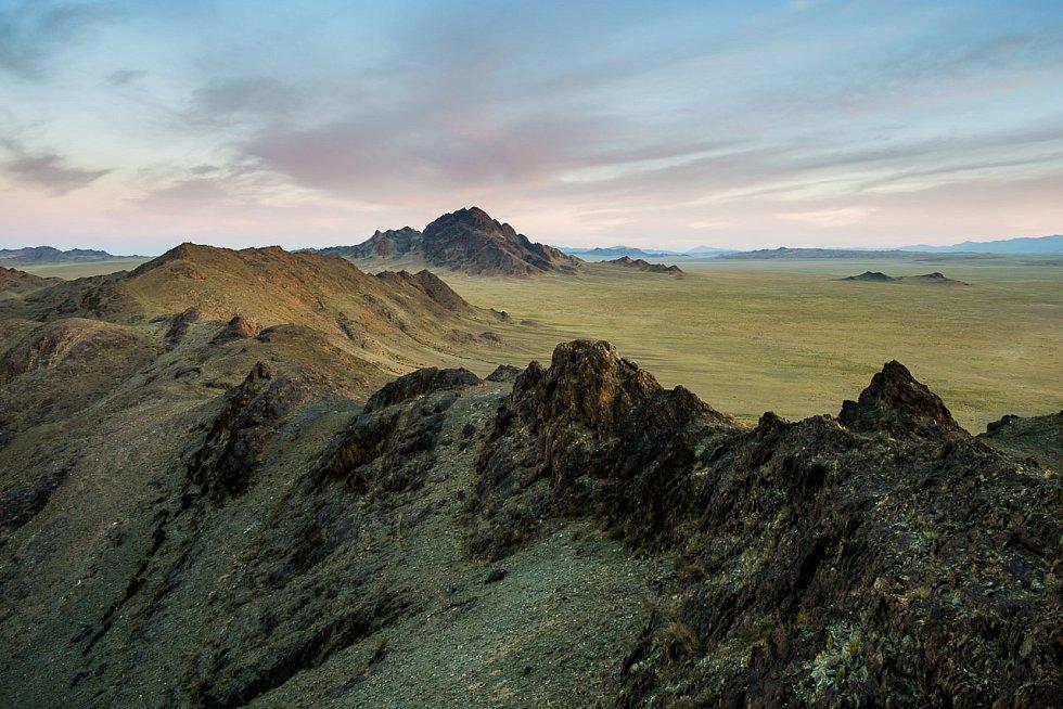 """""""Mongolská krajina je jako z jiného světa. Pustina jen místy přerušená zelenými koryty řek. Jedno je právě pod námi. Jako by někdo hrubým štětcem rychlými, ale přitom promyšlenými tahy nanášel olejové barvy. Čerň, okr, zeleň,"""" líčí své dojmy ředitel zoo."""