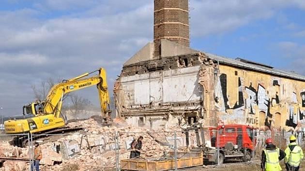 Objekt bývalé továrny Rustonka s komínem už patří jen do světa vzpomínek staré Prahy. Počátek měsíce března roku 2014 jej v podobě demolice vymazal ze zemského povrchu. Fotografie byla upravena, byl použit výřez.
