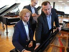 Zleva pianisté Ivo Kahánek a Martin Kasík a ladič Jan Machart zkoušeli v hlavním sídle firmy Steinway v Hamburku koncertní křídla pro Smetanovu síň Obecního domu v Praze.