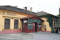 Slavná bubenečská restaurace Na slamníku pamatuje i lepší časy.