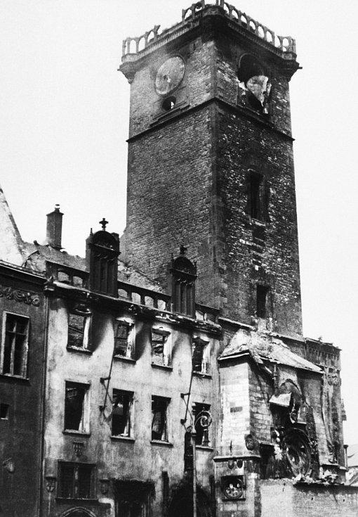 Zkáza způsobená boji a především požárem se nevyhnula ani orloji. Zatímco ten se podařilo opravit, novogotické křídlo staroměstské radnice muselo být strženo.