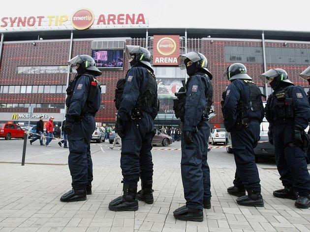 Policie před stadionem Slavie. Ilustrační foto.