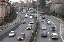 Doprava v pražské ulici V Holešovičkách možná zmizí pod zem. Stačí už jen mít dostatek peněz, patřičný projekt a přespříští rok začít.