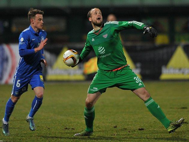 Fotbalový brankář Dukly Praha Lukáš Hroššo v utkání se Slovanem Liberec.