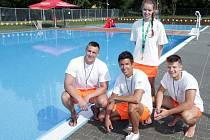 Praha dostala nové koupaliště. Bazén dlouhý třicet metrů, brouzdaliště i dvě hřiště na pétangue mohou využívat návštěvníci a obyvatelé pražského Ládví.