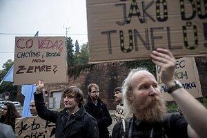 Protesty před Úřadem vlády za navýšení výdajů na VŠ