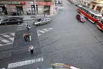 ZEBRA TU ZMIZELA. Bez upozornění, bez jakékoli náhrady a bez ohledu na návaznost pěších tras. Lidé tu ze zvyku přecházejí dál, jen už nejsou chráněni před provozem. (Křižovatka Jugoslávské a Bělehradské ulice.)