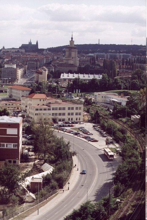 Povodně z roku 2002 v Praze. Fotografie zachycuje Podbabu ještě před kulminací hladiny Vltavy, v pozadí je i Pražský hrad.