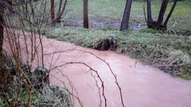 VYTRVALÝ LETNÍ déšť či prudké bouřky mohou zapříčinit rozvodnění i nenápadných toků.