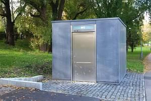 Městská část Praha 6 zprovoznila veřejné WC v Anastázově ulici. Kvůli ceně zakázky - podobné jako u malého bytu na Břevnově - však čelí kritice.