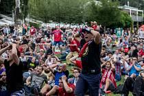 Fotbaloví fanoušci ve Žlutých lázních.