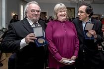 Slovenský režisér Matej Mináč a producent Patrik Pašš obdrželi na švédské ambasádě vPraze Cenu Raoula Wallenberga