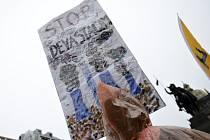 Účastníci pochodu Za klimatickou spravedlnost a zelenou pracovním místům vyšli v neděli 29. listopadu 2015 z Václavského náměstí k Petřínské rozhledně.