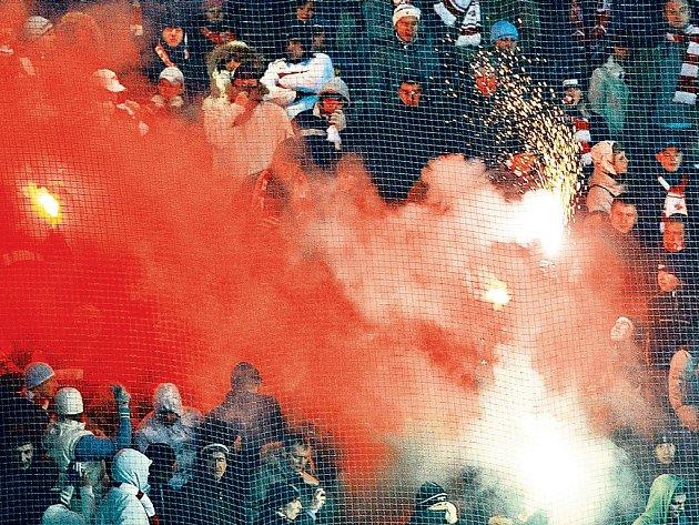 V DÝMU. Ruští fanoušci nedbali výzev pořadatelů a používali dýmovnice a pyrotechniku. Jednoho člena ochranky dokonce napadli. Musela zakročit policie.