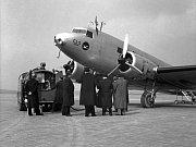 Letoun DC-2 (Dakota) Československé letecké společnosti na letu z Piešťan přes Zlín a Brno.
