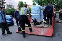 Transport balené vody ve velkém zajišťovali ve čtvrtek odpoledne pražští hasiči ze smíchovské stanice.