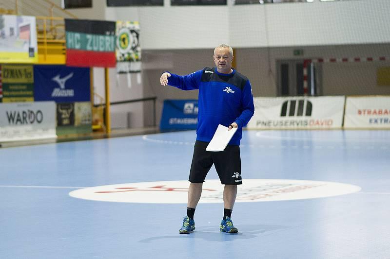 Trenér českých házenkářek Jan Bašný.