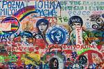 Lennonova zeď láká především mladé turisty