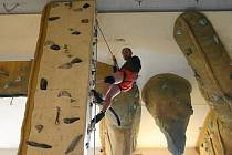Uf?Nebo pohodička? Těžko vyčíst z pohledu autora tohoto článku – Jiřího Macka – co si při pohledu ze zhruba pětimetrové výšky na horolezecké stěně vlastně myslí.