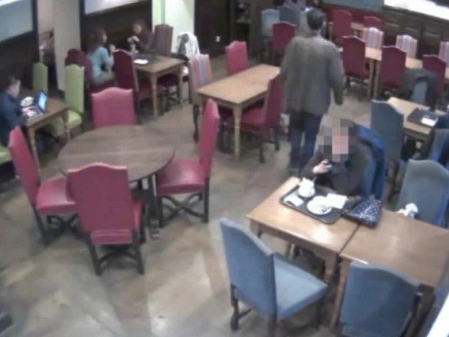 Dotyčného, jemuž nelze upřít zlodějské dovednosti, totiž při činu zachytila bezpečnostní kamera - a ve čtvrtek policisté záznam zveřejnili. Žádají o pomoc každého, kdo by podezřelého na záběrech poznal.