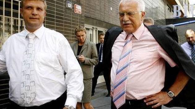 Prezident Václav klaus (vpravo) si v doprovodu starosty Marka Ječménka prohlédl 20. června 2007 v rámci své oficiální návštěvy Prahy 7, kino Bio Oko.
