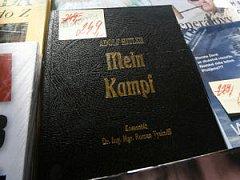 """ZAKÁZANÉ OVOCE PŘITAHUJE. """"Lidé, kteří knihu kupují, většinou nemají žádnou představu o tom, jaký text to je. Mein Kampf je nudná teorie, která se skoro nedá číst,"""" říká politolog Bohumil Doležal."""