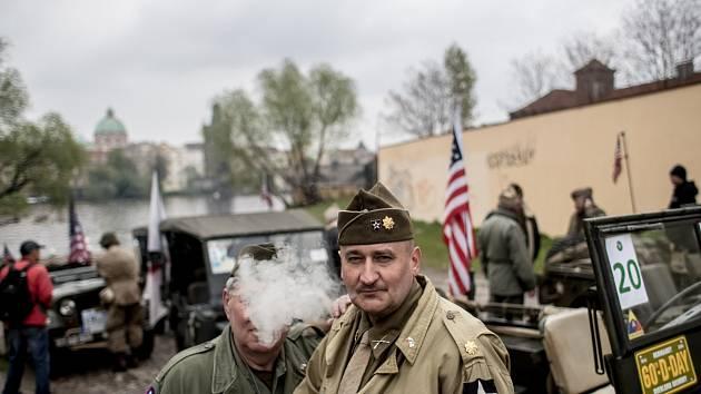 Příznivci historické techniky si v Praze 28. dubna každoroční jízdou amerických historických vojenských vozidel s názvem Convoy of Liberty připomněli konec 2. sv. války. Z
