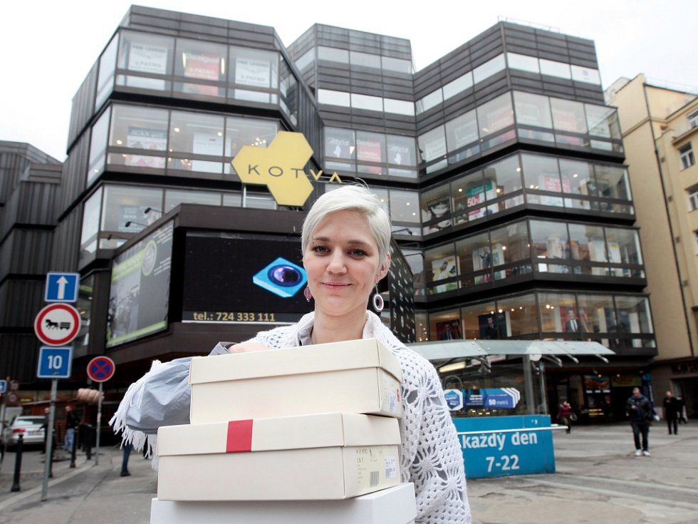 Nakupování v obchodním domě Kotva na náměstí Republiky v Praze.