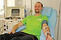 Jiří Navrátil z pražského klubu Prague Beach Team ve Střešovicích při darování krve.