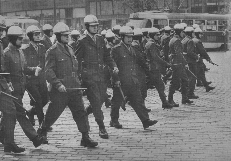 Veřejná bezpečnost rozhánějící demonstraci v srpnu 1969.