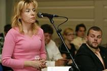 Na zastupitelstvu. Jarmila Bartáková z Chodova důvodům radnice příliš nevěří.