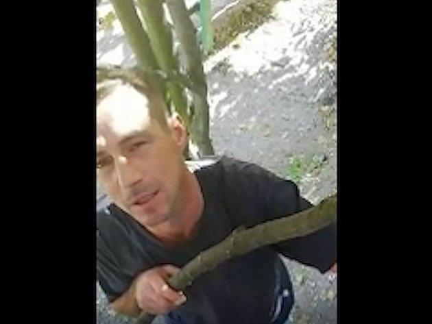 Policie pátrá po muži, který se pokoušel navázat kontakt s nezletilou dívkou.
