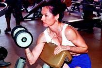 """PŘESNOST, VYTRVALOST, OHEBNOST. Závod ve fitnessovém Strenflexu trvá od devíti od ráno do pěti do večera. """"Je to náročné, ale tenhle sport mě baví,"""" říká vicemistryně světa Václava Zoderová."""