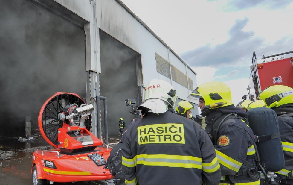 Požár odpadu v Praze 9.