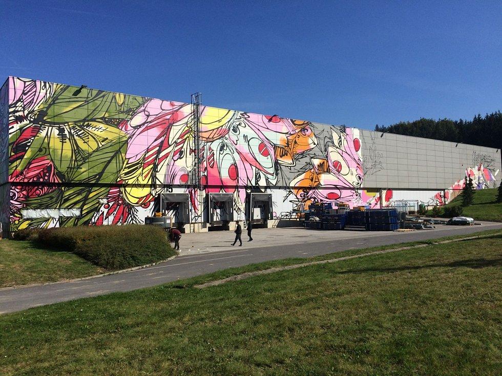 Velkoplošná malba v Humpolci je skoro hotová. Pak se přesune do Prahy.
